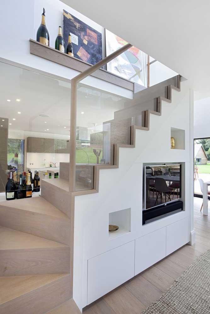 TV embutida na parede sob a escada: solução para sala de estar pequena