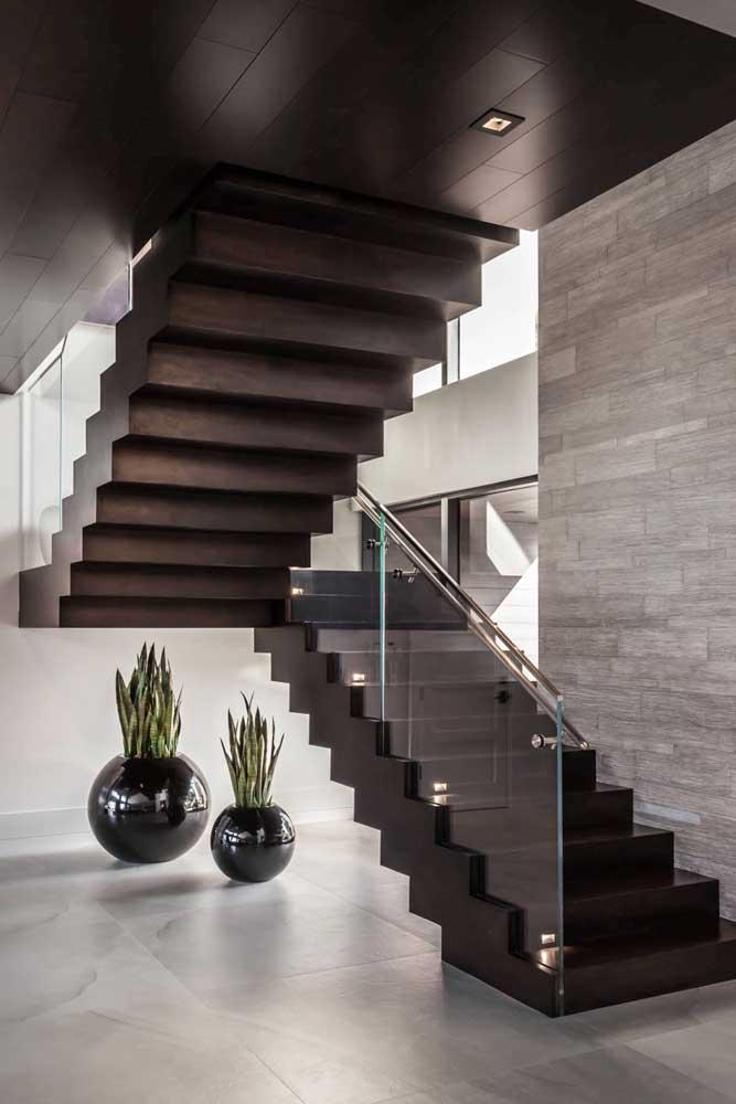 Vasos de plantas embaixo da escada: jeito mais simples e bonito de mudar o visual desse espaço