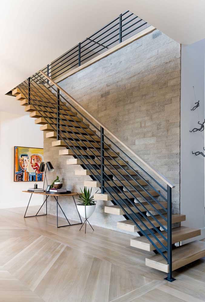 Home office simples e discreto montado sob a escada reta