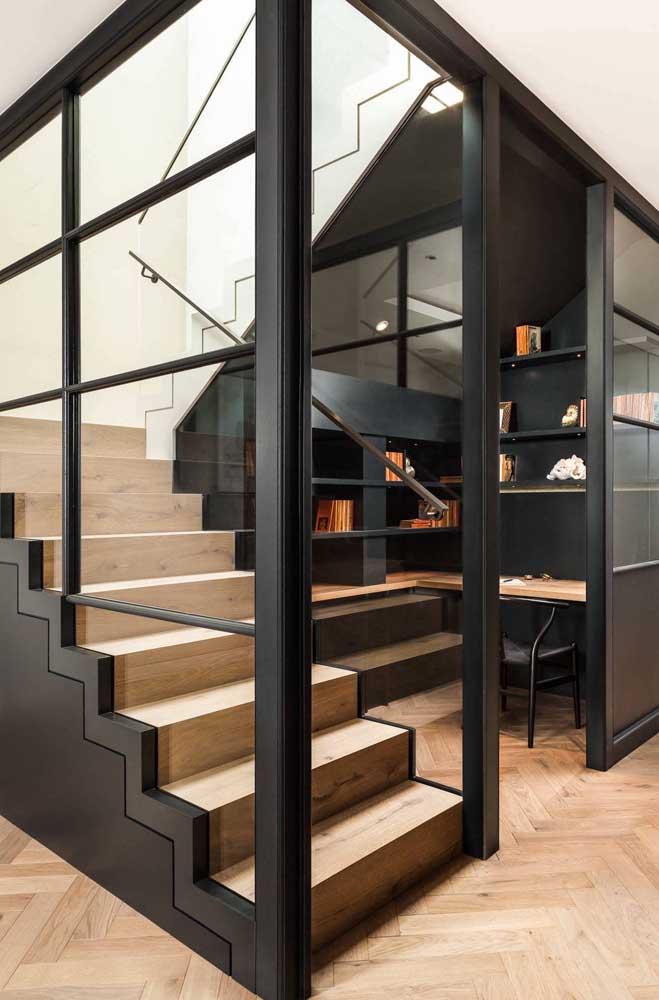 Aqui, o espaço da escada virou um novo ambiente, no caso um home office, com direito até a uma porta de vidro