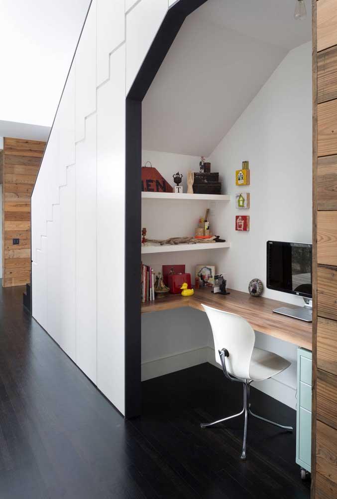 Tem home office aqui também, com a diferença de ser um modelo incorporado abaixo de uma escada de alvenaria