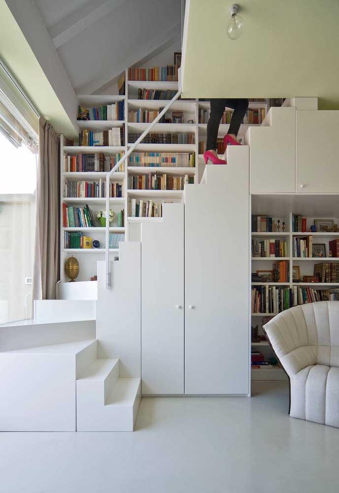Para os fãs de leitura, a melhor opção para aproveitar o espaço embaixo da escada é com estantes para livros
