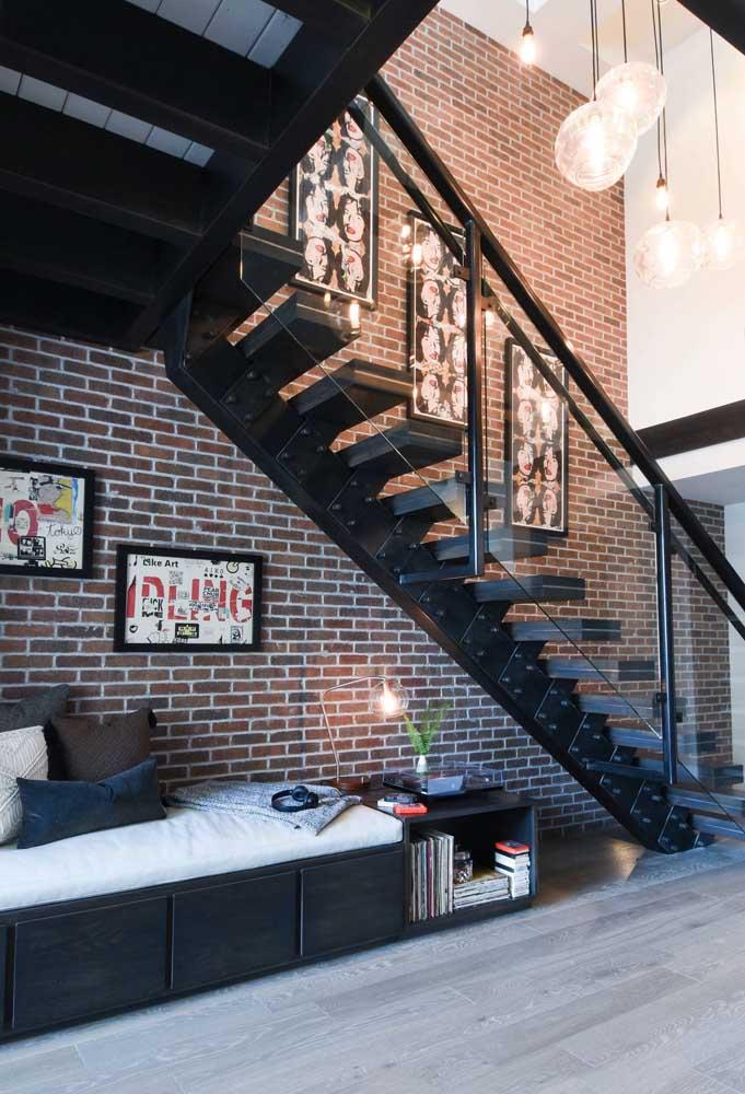 A casa de estilo industrial aproveitou o amplo espaço embaixo da escada reta com um cantinho acolhedor e confortável