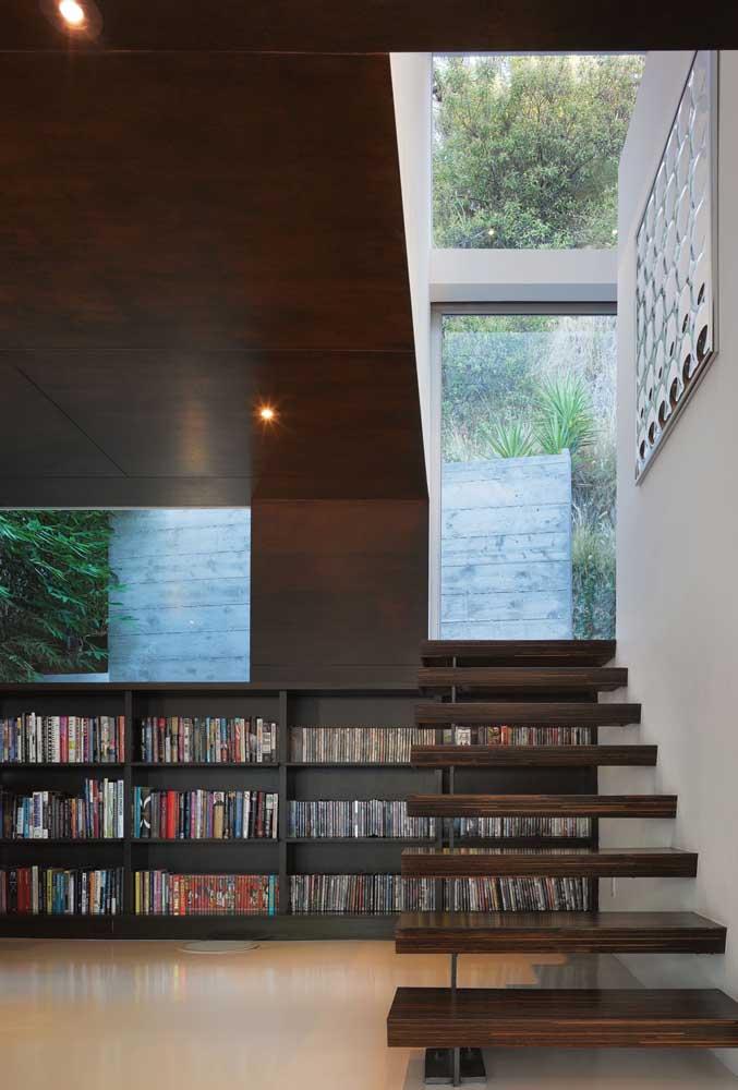 E por falar em acolhedor, dá uma olhada nesse outro espaço embaixo da escada