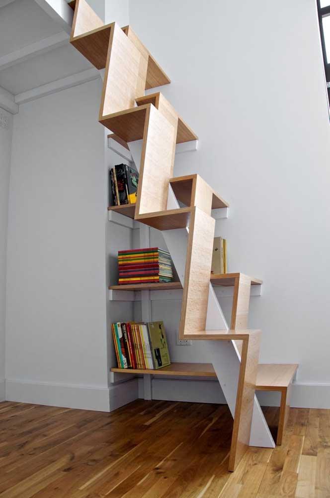 Essa escada com design todo original ganhou a companhia de livros