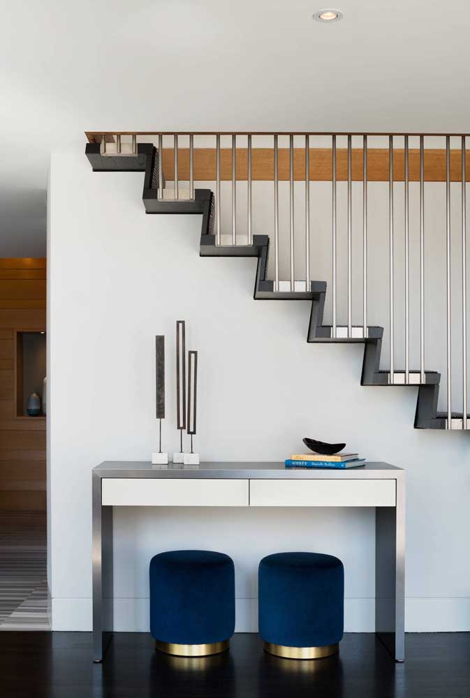 Nesse outro modelo, a escada branca de madeira foi melhor aproveitada com as prateleiras e o armário