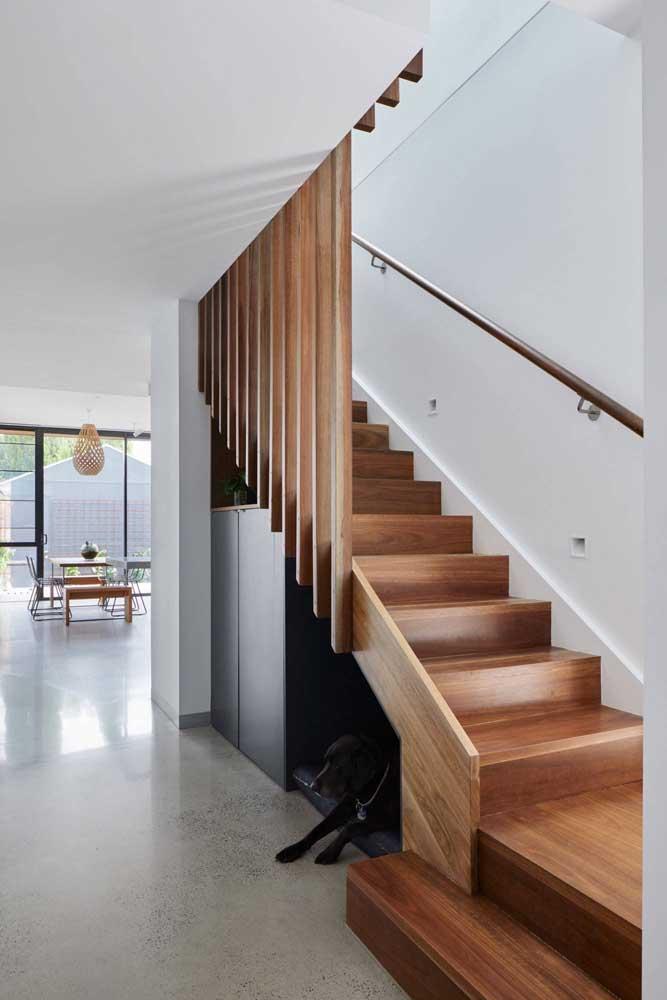 Armário e cantinho para o pet embaixo da escada; duas soluções em um mesmo espaço