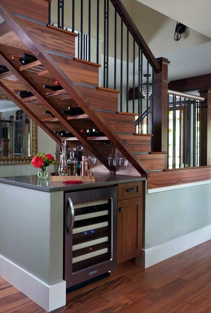 Mini bar embaixo da escada; destaque para o espaço criado para as garrafas, praticamente dentro dos degraus