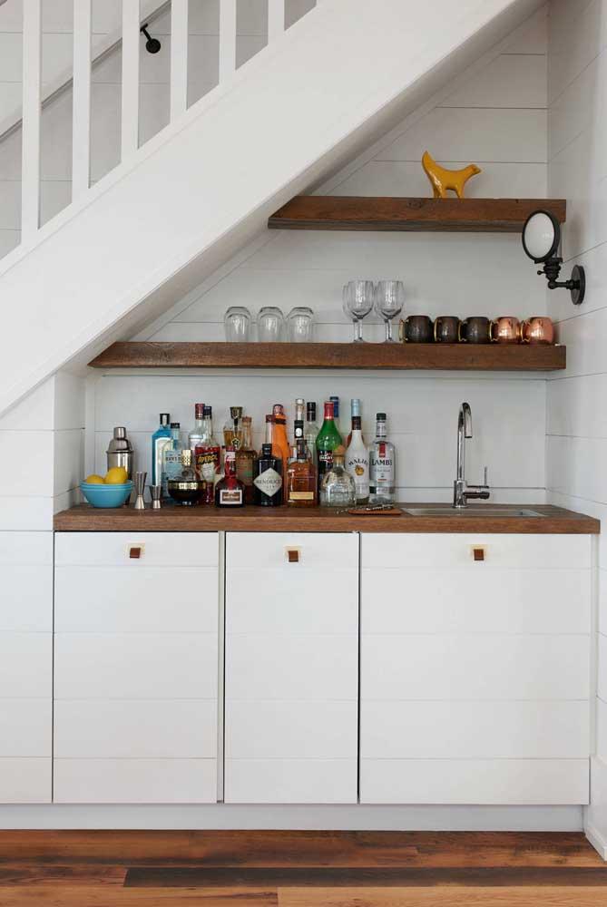 Outra opção de bar para o espaço embaixo da escada; a dica é dimensionar o projeto de modo que ele encaixe confortavelmente no lugar