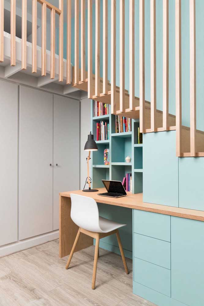 Local para trabalho e estudo embaixo da escada; repare que ainda sobrou espaço para os armários embutidos