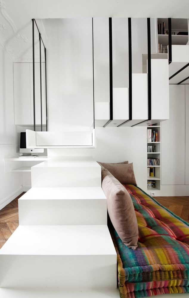Sala de um lado, home office do outro, no meio, a escada; essa configuração foi possível porque o planejamento do ambiente aconteceu antes da construção
