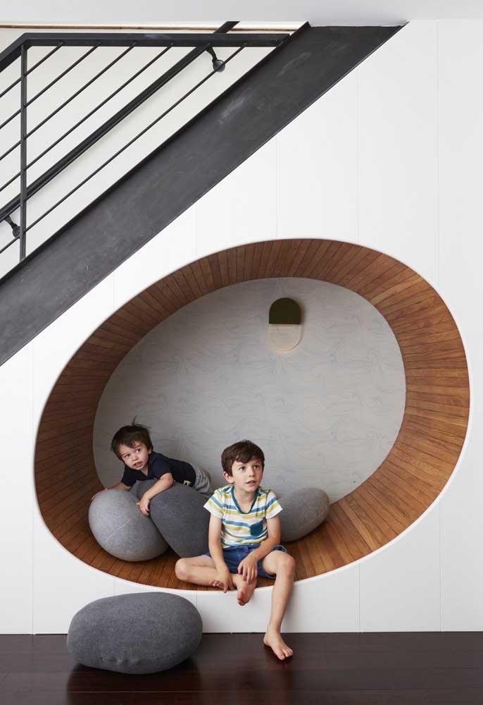 Um espaço embaixo da escada para deitar e rolar – literalmente!