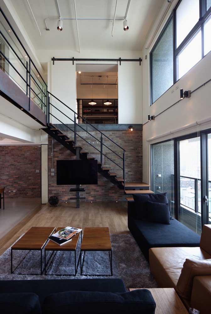 Onde colocar a TV em um ambiente integrado? Embaixo da escada!