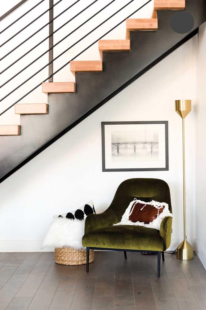 Espaço para relaxar embaixo da escada; aqui, bastou uma poltrona e uma luminária; ideal para leitura também