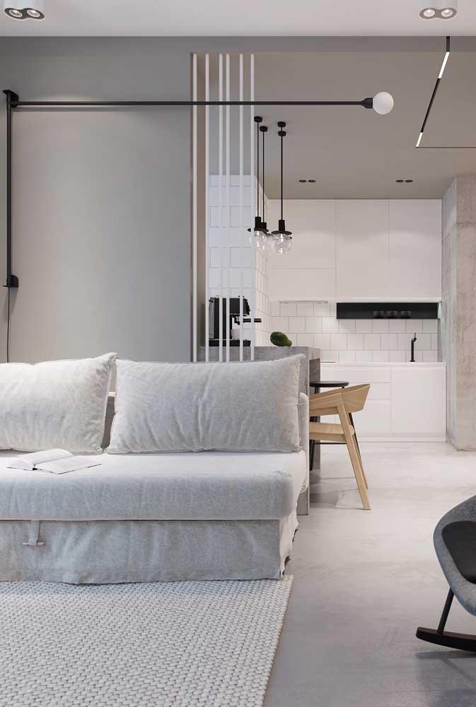 Decoração branca com paredes cinzas e detalhes em preto: combinação clean e moderna