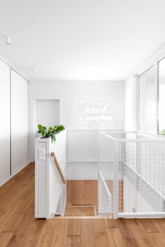 Branco e madeira clara: uma combinação que une elegância, neutralidade e conforto visual