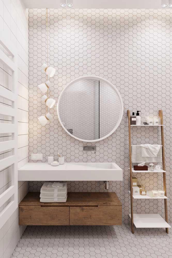 Banheiro branco é um clássico, mas para garantir um toque de modernidade atente-se para os revestimentos e móveis utilizados