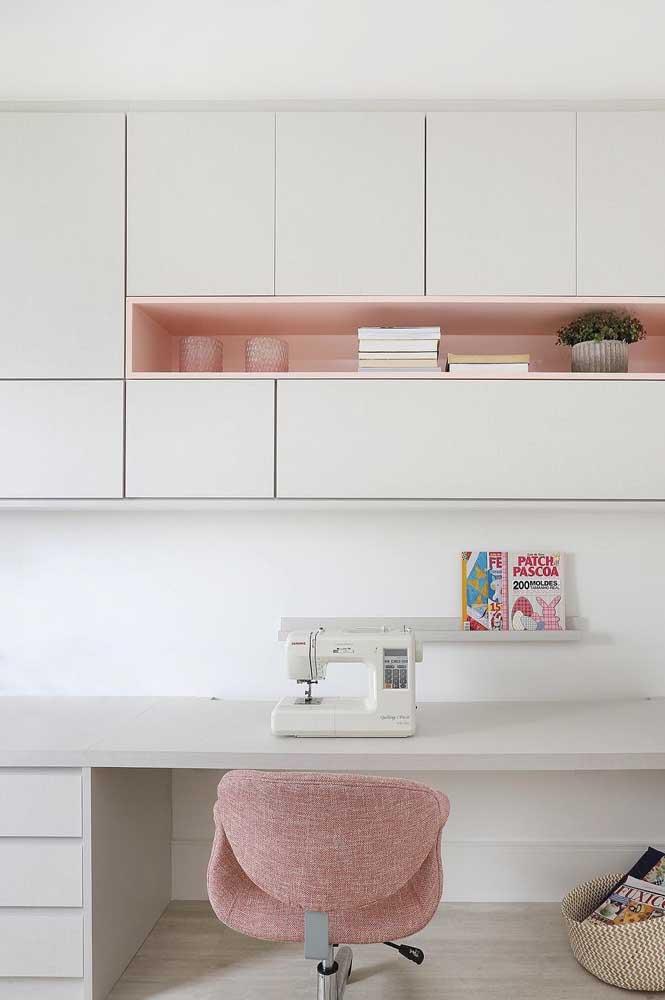A combinação entre branco e rosa sempre evoca um ar delicado, feminino e romântico