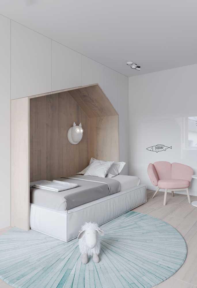Um mimo esse quarto infantil decorado em tons suaves de rosa, azul e madeira, onde o branco permanece na base