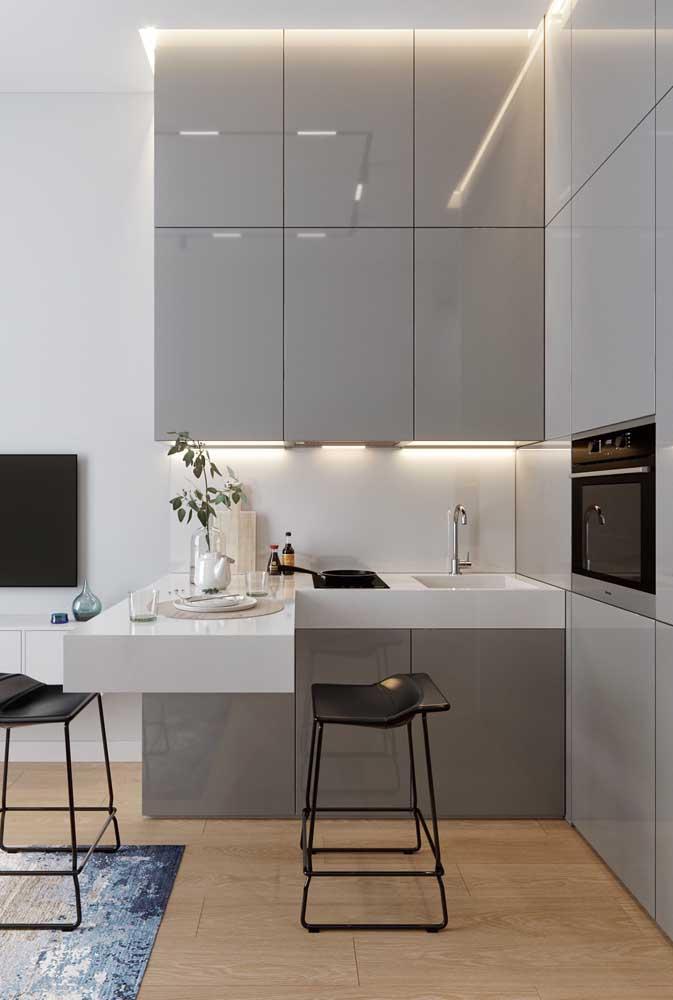 Uma aposta sempre certeira é usar o branco nas paredes e investir em outras cores nos móveis e piso, como nessa imagem