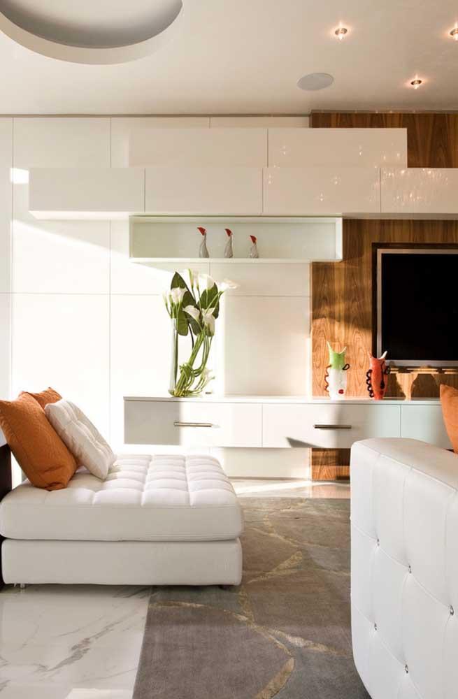 Sala de estar decorada com luxo e bom gosto com branco na base
