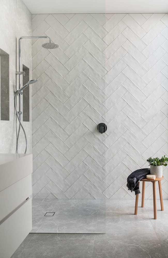 O banheiro apostou no uso do branco para os revestimentos, mas com efeito texturizado para deixar o espaço mais aconchegante