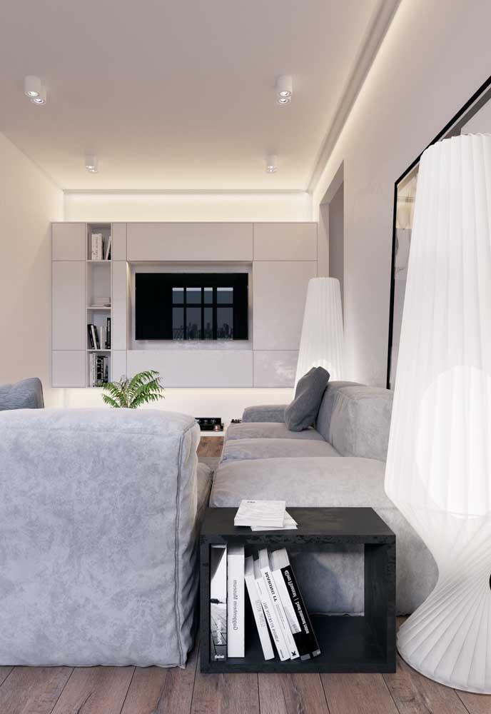 Nessa sala de estar, a iluminação indireta valorizou o uso do branco na decoração