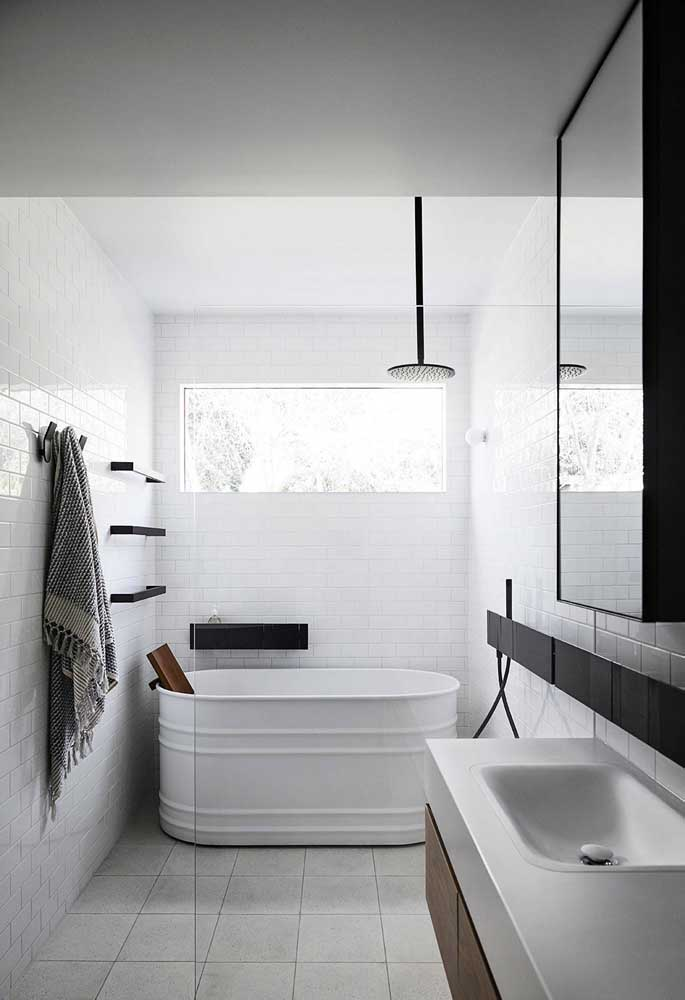 O banheiro de estilo moderno e minimalista apostou no branco como cor principal da decoração