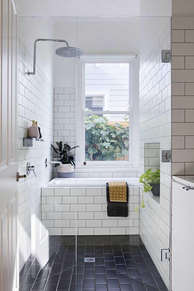 Duas tendências em um mesmo banheiro: branco na decoração e azulejos de metrô