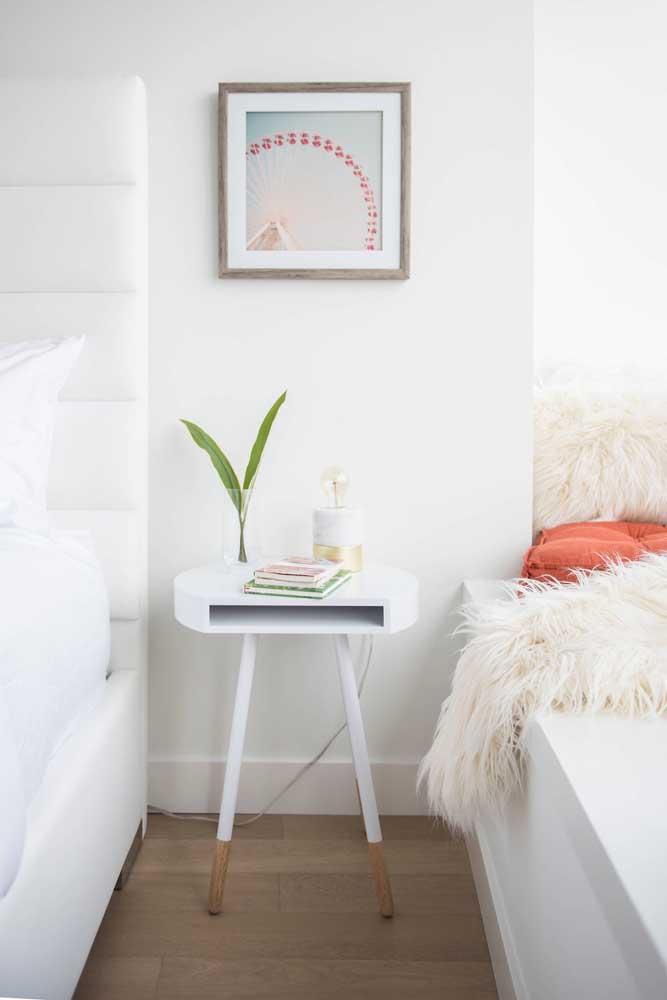 Quarto de casal com móveis e paredes brancas; amplitude e iluminação garantidas