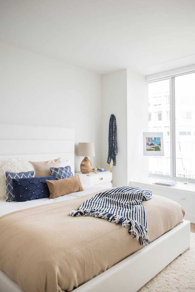 O toque de azul no quarto de base branca trouxe um toque do estilo navy à decor