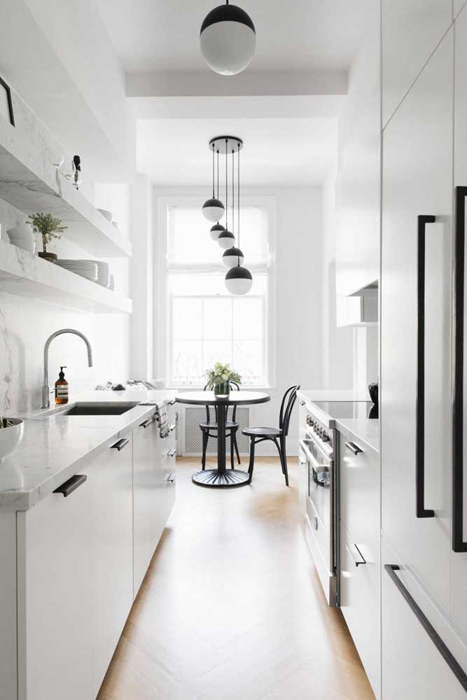 Cozinha corredor branca com detalhes em preto: truque certo para quem deseja ampliar visualmente os ambientes