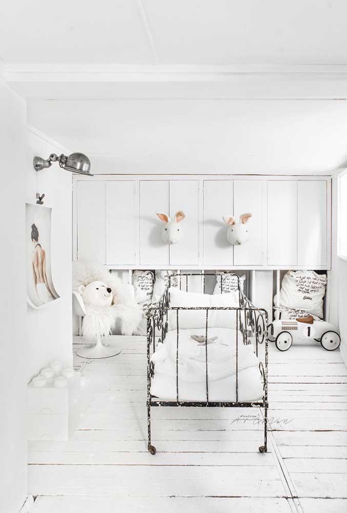 Branco total nesse quarto infantil, salvo apenas pelos pequenos detalhes em preto e bege