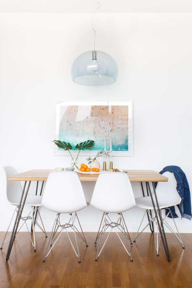 Sala de jantar branca com pequenos detalhes em cor