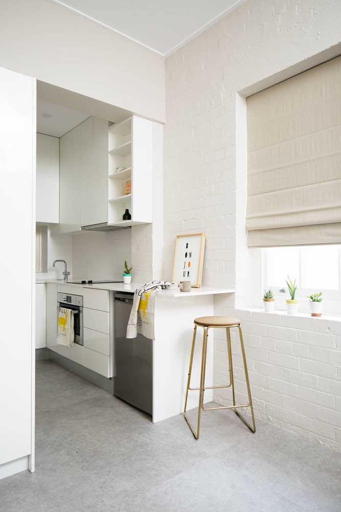 O charme rústico da parede de tijolinhos ganha delicadeza com a tinta branca