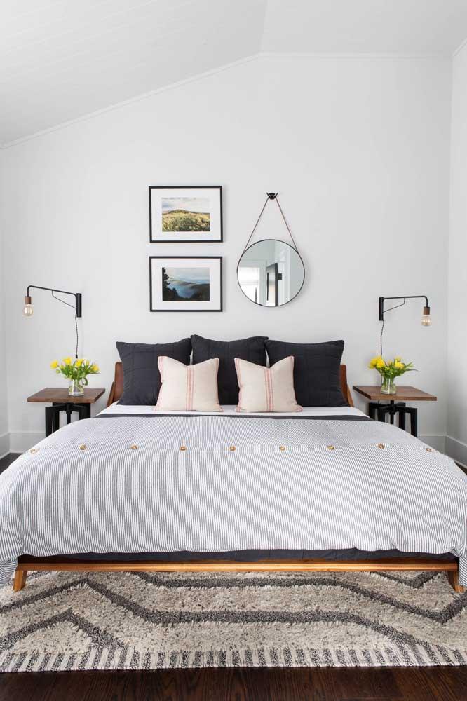 Quarto de casal com paredes brancas e toques de cores neutras nos detalhes