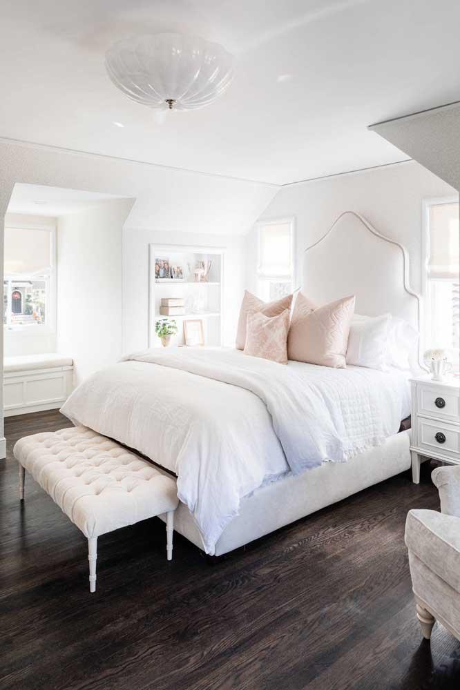 Delicado e romântico, esse quarto traz a proposta de usar o branco na decoração e combiná-lo com pequenas doses de rosa