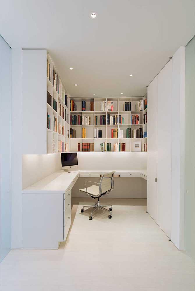 Mais uma inspiração de home office branco, dessa vez a cor foi muito bem pensada para ampliar o pequeno espaço