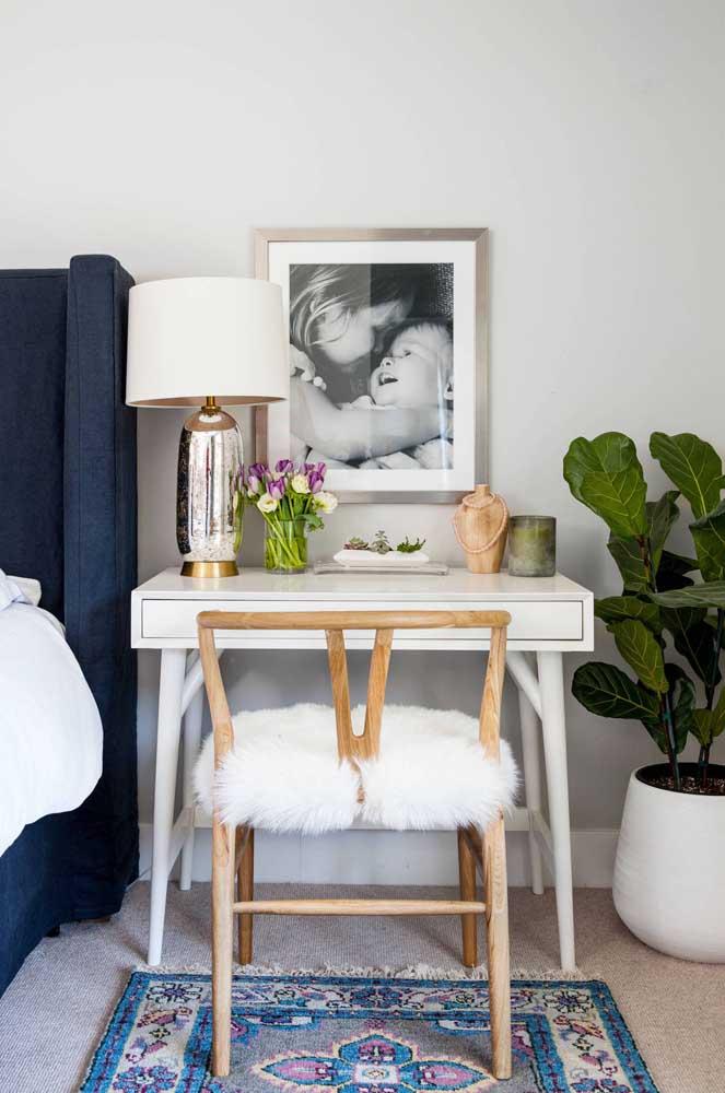 Paleta de branco, azul e verde para esse quarto acolhedor e confortável; destaque ainda para o uso da madeira
