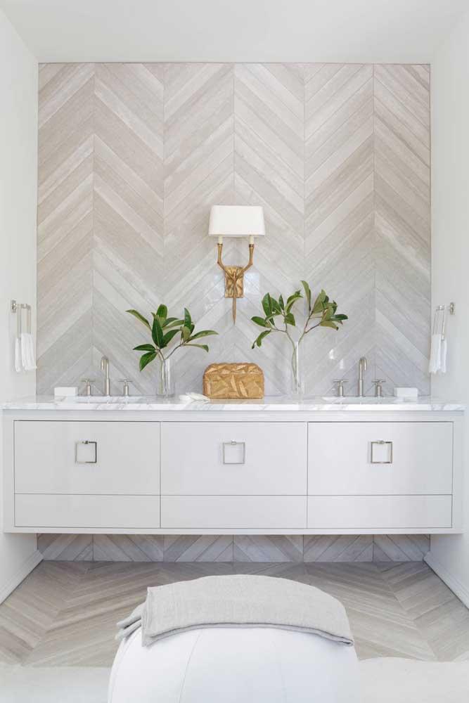 Um luxo a combinação entre branco, cinza e dourado; o toque verde também é essencial nesse ambiente