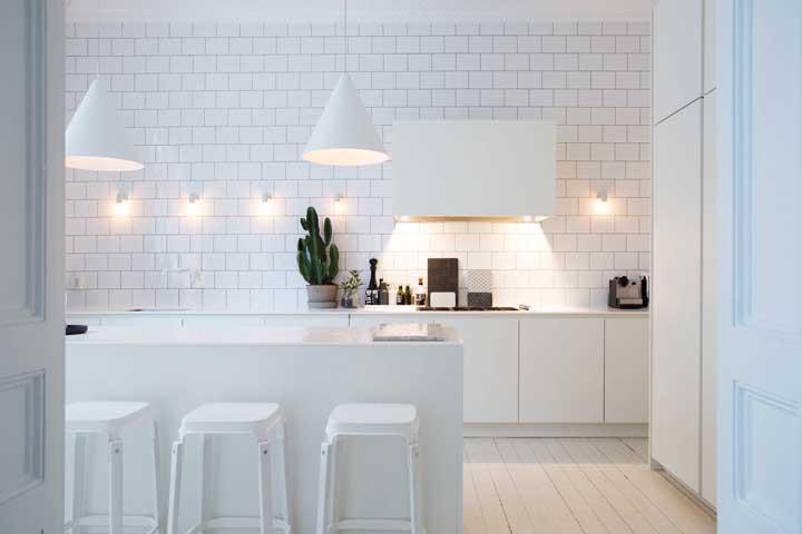 Luzes indiretas sempre contribuem com a estética da decoração branca