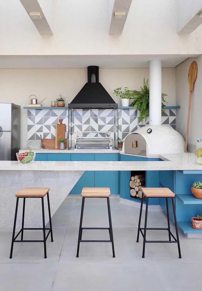 Um espaço gourmet moderno e despojado com churrasqueira elétrica