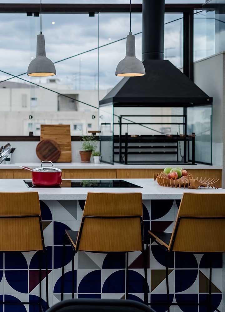 Varanda gourmet com churrasqueira elétrica e lateral de vidros