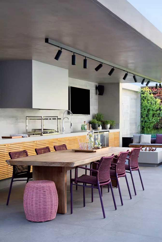 Apesar do espaço grande, esse espaço gourmet optou por um modelo de churrasqueira elétrica