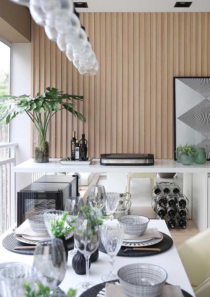 Churrasqueira elétrica pequena sobre o balcão branco da cozinha
