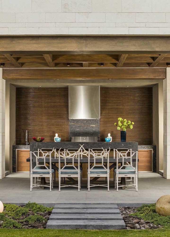 Churrasqueira elétrica para o espaço gourmet elegante; o modelo em inox combinou muito com o ambiente