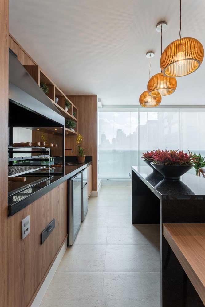 Uma cozinha moderna e elegante, perfeita para receber a churrasqueira elétrica com coifa