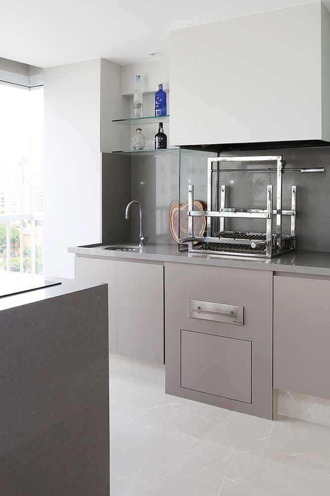 Cozinha pequena com churrasqueira elétrica em inox