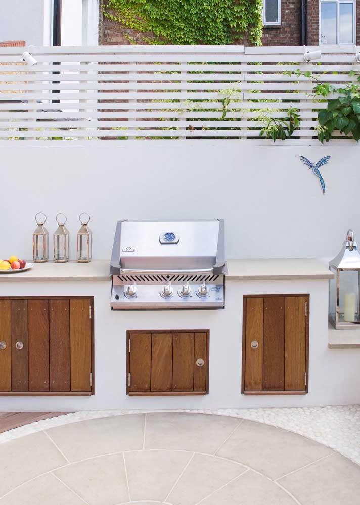 Área aberta da casa com churrasqueira elétrica de embutir