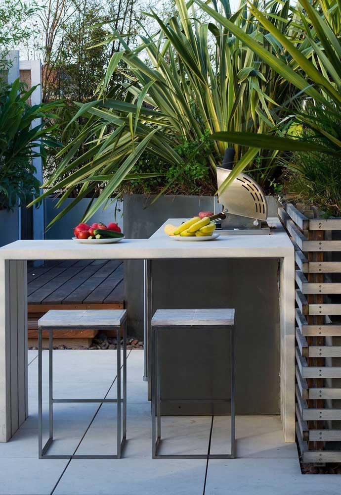 Um pequeno espaço gourmet com churrasqueira elétrica de bafo no balcão; esse tipo de churrasqueira se encaixa em todo ambiente